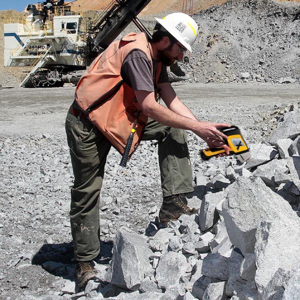 Анализатор металлов Delta Professional Геологоразведка и анализ Руд